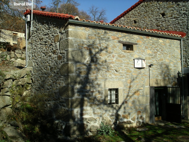 Fachada de la casa rural C. El Embalse